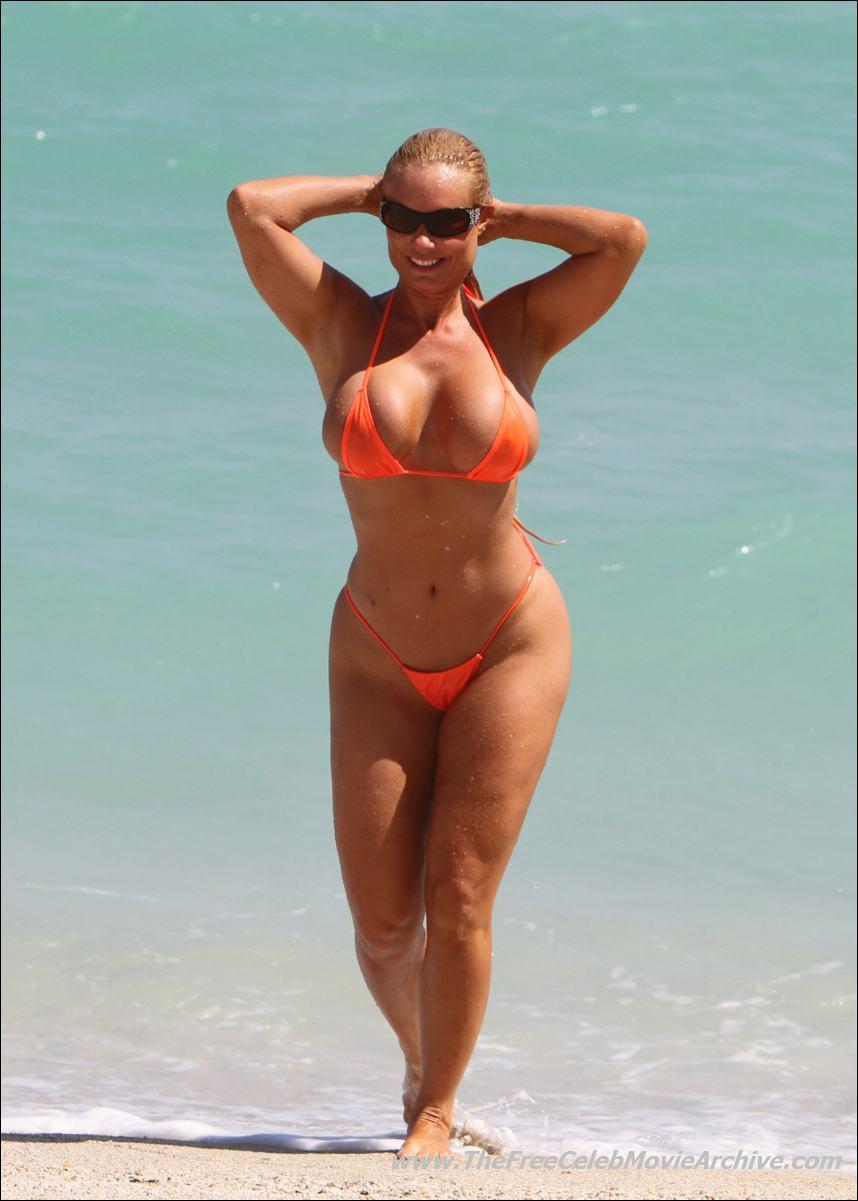 Фото девушек на пляже в микро 7 фотография